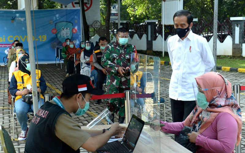 TINJAU: Presiden Jokowi saat meninjau uji simulasi vaksinasi Covid-19 di Puskesmas Tanah Sareal, Kota Bogor, Rabu (18/11). Vaksinasi diperkirakan akan terealisasi akhir 2020 atau awal 2021.