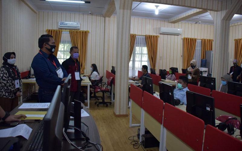 UJIAN: Rektor Unimed Syamsul Gultom saat mengecek pelaksanaan Ujian Tulis Berbasis Komputer (UTBK) SBMPTN 2020 lalu. istimewa/Sumut Pos.