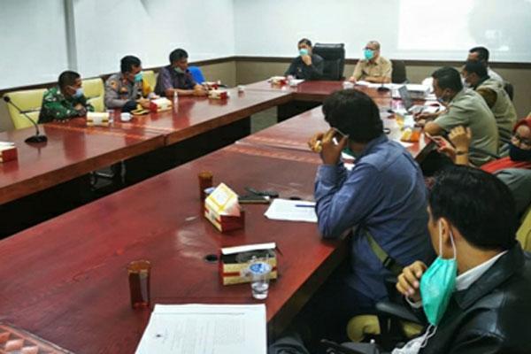 PIMPIN: Bupati Karo, Terkelin Brahmana memimpin rapat identifikasi dan penyelesaian permasalahan penyiapan lahan usaha tani Relokasi Tahap III bagi warga terdampak erupsi Sinabung.SOLIDEO/SUMUT POS .
