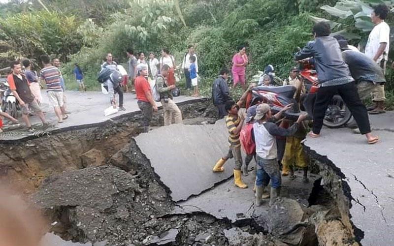 AMBLAS: Ruas jalan provinsi di STM Hulu menuju Kecamatan Gunung Meriah hingga ke Simalungun amblas, Sabtu (21/11) sore. Hingga Minggu (21/11), jalan tersebut masih terputus.