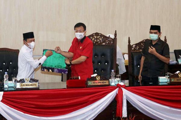 SERAHKAN: Pjs Wali Kota Medan menyerahkan nota jawaban pemandangan umum.