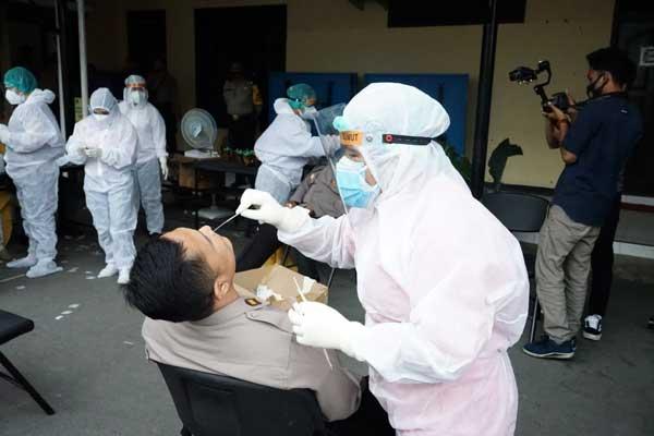 TEST SWEB: Petugas dari Dinas Kesehatan Kota Tebingtinggi melakukan test swab terhadap personel Polres Tebingtinggi, beberapa waktu lalu. Penyebaran Covid-19 di Kota Tebingtinggi dalam beberapa hari terakhir mengalmi tren penurunan.