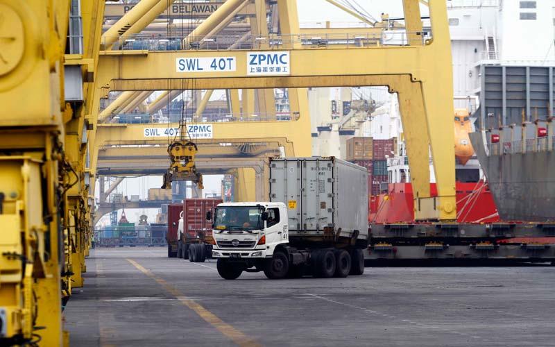 ANGKUT: Truk petikemas mengangkut barang dari pelabuhan di BICT Belawan, belum lama ini. Aktivitas pelabuhan pada Oktober 2020, untuk penumpang dan bongkar barang, mengalami kenaikan.Triadi Wibowo/Sumut pos.