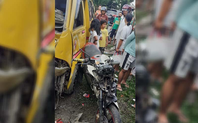 Angkot KPUM 08 yang menabrak korban hingga meninggal dunia dan sepeda motor milik korban di Jalan Besar Delitua.