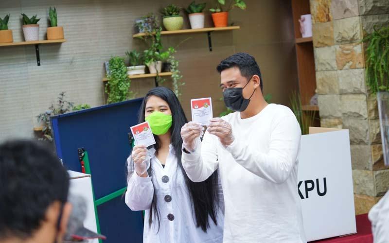 PERUBAHAN: Bobby Nasution dan Kahiyang Ayu, saat mencoblos di TPS Setiabudi, Rabu (9/12). Menurut pengamat, kemenangan Bobby-Aulia karena warga Medan mengharapkan perubahan.