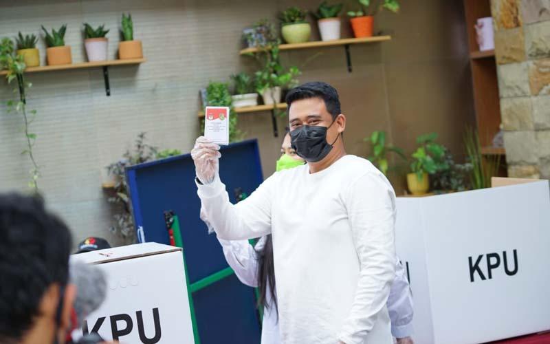 PENCOBLOSAN: Bobby Nasution saat mencoblos pada Rabu (9/12).  Hasil sementara, suara Bobby mengungguli Akhyar Nasution.triadi/sumu tpos.