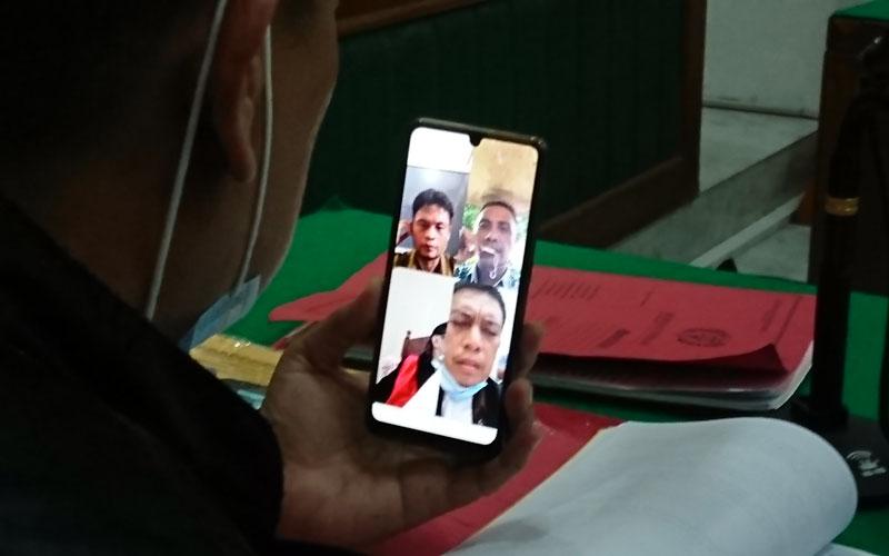 SIDANG TUNTUTAN: Bosman R Naibaho (VC), terdakwa perampasan mobil menjalani sidang tuntutan, Selasa (1/12).agusman/sumut pos.