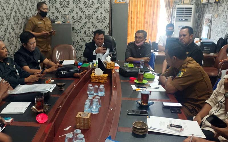 RDP: Komisi 2 DPRD Batubara saat menggelar RDP terkait proyek pembangunan Jalan Produksi Perikanan di Desa Perupuk, Kecamatan Lima Puluh Pesisir, Kabupaten Batubara, Senin (14/12).MUKHLIS ACI/SUMUT POS.