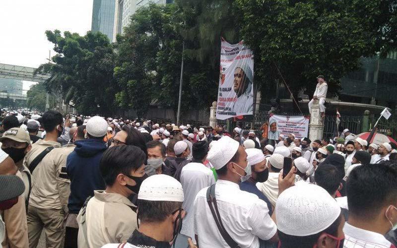 DEMO: Masyarakat di salah satu ibu kota saat menggelar demo pasca ditahannya Muhammad Rizieq Sihab. istimewa/sumu tpos.