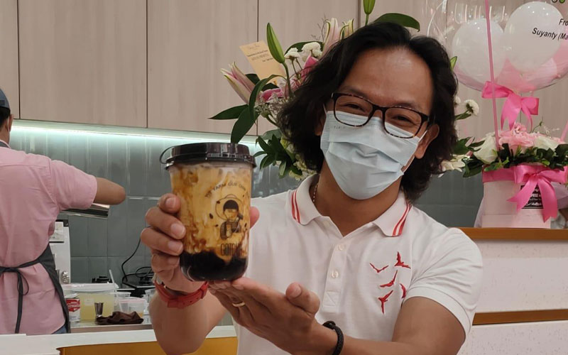BOBA: Owner Gotcha Fresh Tea, Tony Gohan, menunjukkan varian bubble tea (boba), terpopuler di Bubble Tea Salon-Gotcha Fresh Tea, di Level 3A Delipark Mall, Kota Medan, Selasa (1/12).