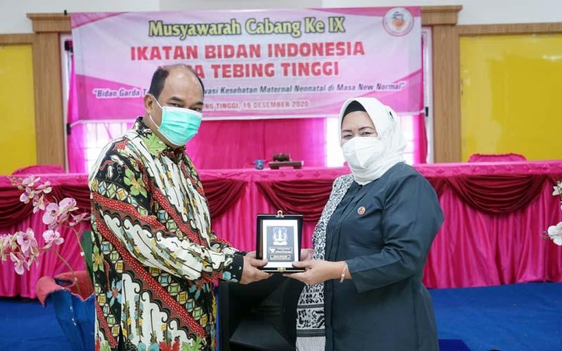 BERSAMA: Wali Kota Tebingtinggi Umar Zunaidi Hasibuan didampingi Ketua IBI Tebingtinggi Ramahyuni Lubis pada kegiatan Musda IBI.