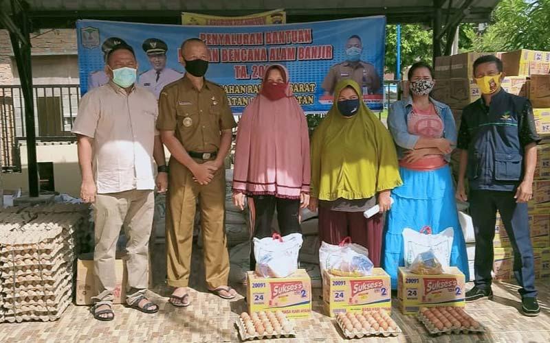 SERAHKAN: Penyerahan bantuan sosial dari PT GM/PT SSL kepada Pemerintah Desa Batu Anam.