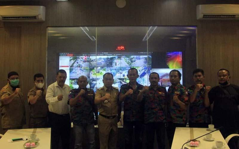 BERSAMA: Wali Kota Binjai, HM Idaham foto bersama dengan pengurus DPC FSPTI-KSPSI. teddy akbari/sumut pos.