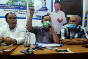 TUNJUKKAN: Ketua Satgas RLTS Tim Pemenangan Aman, Subanto menunjukkan form C6 yang ditemukannya di sebuah ruko, Minggu (13/12).istimewa/sumut pos.