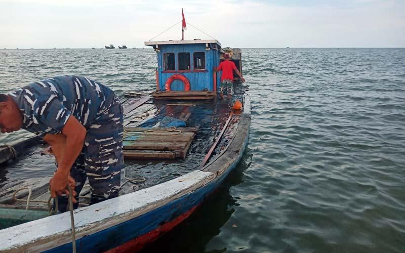 EVAKUASI: Petugas Patkamla Teluk Nibung saat mengevakuasi KM Aina Jaya yang tenggelam di perairan Belawan.istimewa/sumu tpos.