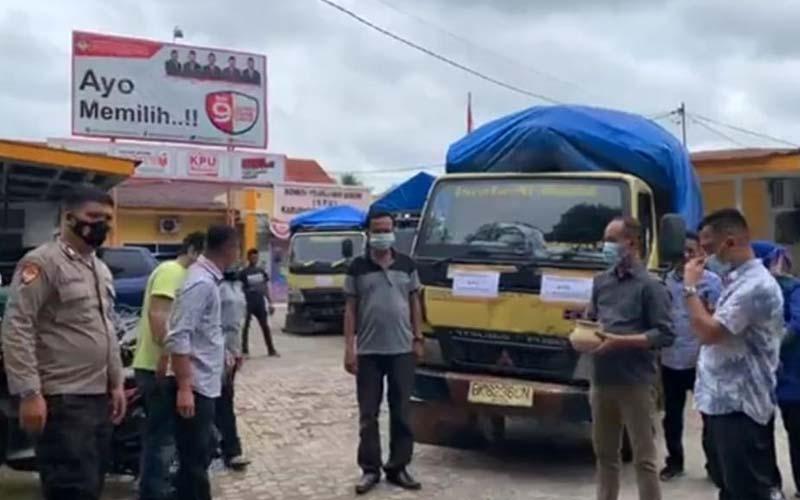 LEPAS: Ketua KPU Kabupaten Labuhanbatu, Wahyudi beserta lainnya saat pemecahan kendi pelepasan APD Pilkada tahun 2020.fajar/sumutpos.