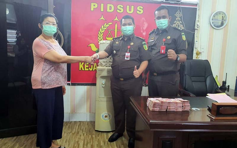 MEMBAYAR: Perwakilan terpidana korupsi membayar denda kepada Kejari Binjai yang diterima Kasi Pidsus, Donnel Sitinjak.tedi/sumut pos.