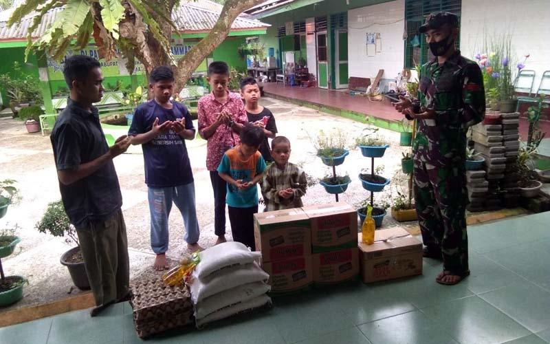 SANTUNAN: Kompi 126/KC Labuhanbatu saat menyalurkan santunan ke Panti Asuhan Putra Muhammadiyah, Jalan Padang Matinggi, Kecamatan Rantau Utara, Kabupaten Labuhanbatu, baru-baru ini.