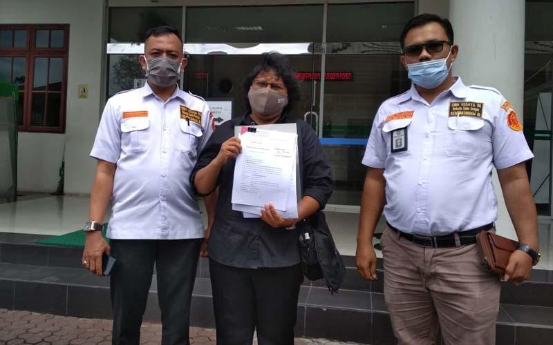 LAPOR: Santi Bulung Simanjuntak didampingi pengacara saat melaporkan oknum jaksa ke Kejatisu, Kamis (3/12)