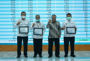 BERSAMA: GM PLN UIW Sumut, M Irwansyah foto bersama di acara Penyerahan Sertifikat kepada PLN dan Pemda se-Sumut.