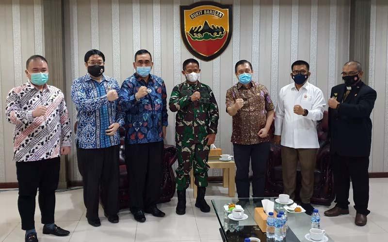 SILATURAHMI: Pangdam I/BB Mayjen TNI Hasanuddin bersama pengurus IKAL Sumut, foto bersama di sela-sela kegiatan silaturahim.ISTIMEWA/sumut pos.