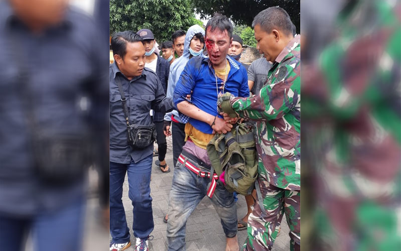 DIAMANKAN: TNI mengamankan pelaku curanmor  yang diamuk massa di Martubung, Selasa (1/12).fachril/sumut pos.