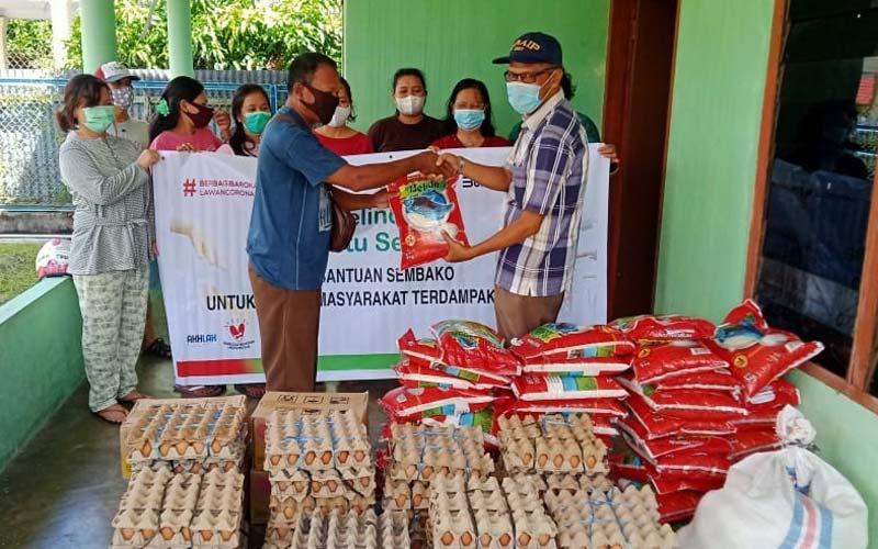 SEMBAKO: Direktur Utama Pelindo 1, Dani Rusli Utama  menyerahkan sembako kepada warga di Tanjung Pinang, Kamis, (17/12).istimewa/sumutpos.