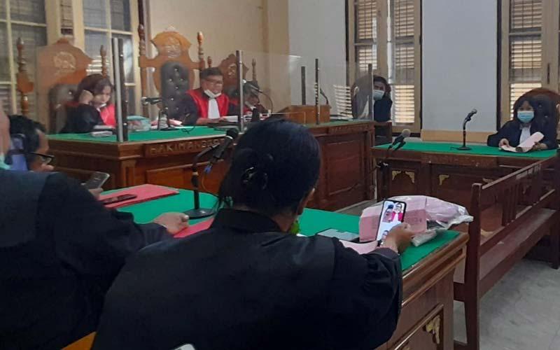 SIDANG DAKWAAN: Rahmadsyah, terdakwa kasus pembunuhan dua anak tiri menjalani sidang dakwaan secara virtual di PN Medan, Rabu (16/12) sore. gusman/sumut pos.