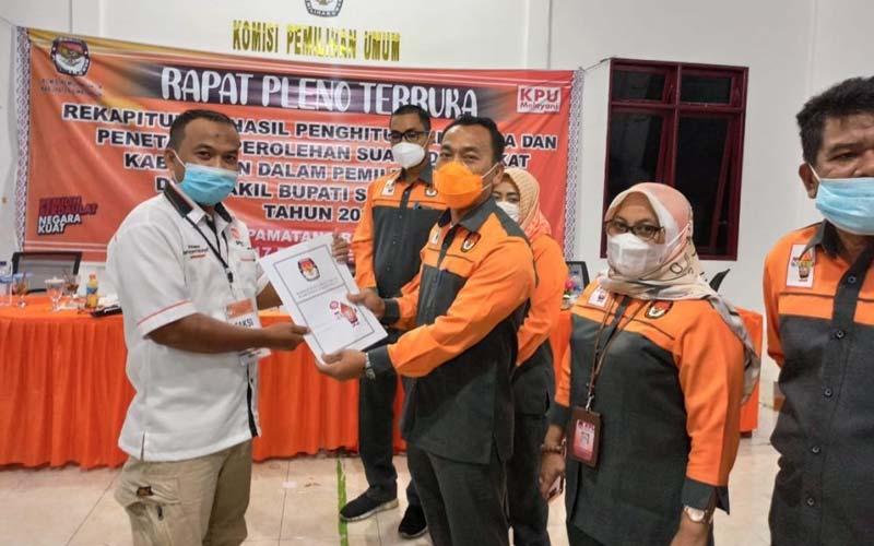SERAHKAN: KPU Simalungun menyerahkan berita acara hasil rekapitulasi suara kepada saksi pasangan calon.istimewa/sumutpos.