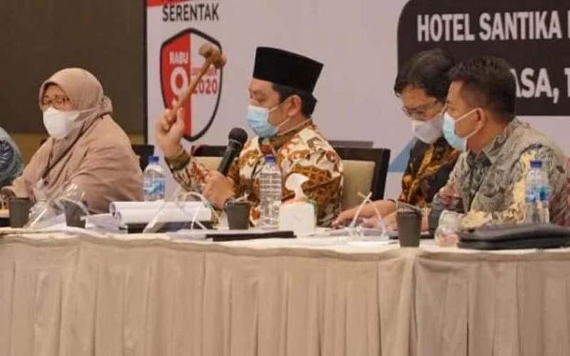 PLENO: Ketua KPU  Medan Agussyah Damanik mengetuk palu saat rapat pleno penghitungan  dan penetapan hasil perolehan suara Pilkada Medan, Selasa (15/12) lalu.