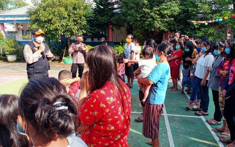 HIBUR:Tim Psikologi Mabes Polri dan Poldasu  menghibur dan memberikan trauma healing kepada anak-anak korban banjir di pengungsian Tanjung Selamat,  Medan Sunggal, Kamis (10/12).istimewa/sumutpos.