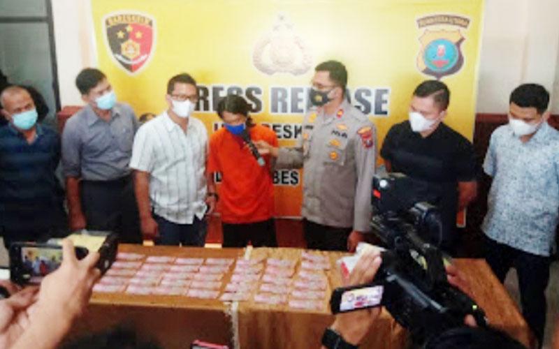 TERSANGKA UPAL:Bobi (tengah), tersangka pengedar upal dipaparkan Polsek Patumbak, Selasa (1/12).dewi/sumut pos.