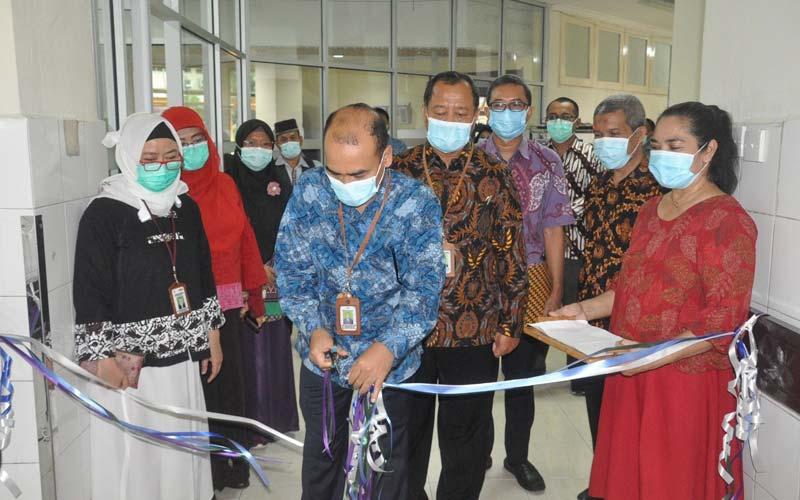 GUNTING PITA: Dirut RSUP HAM dr Zainal Safri SpPD-KKV SpJP (K) menggunting pita tanda  meresmikan ruang isolasi baru pasien Covid-19, di Rindu A3, Jumat (11/12).