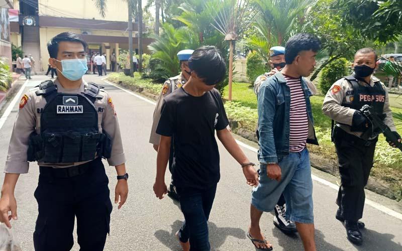 DIGIRING : Kedua tersangka Fery Firmansyah (35) dan Fatan Samudra (17) saat digiring petugas ke Satuan Narkoba Polrestabes Medan untuk pemeriksaan, Senin (14/12).idris/sumut pos