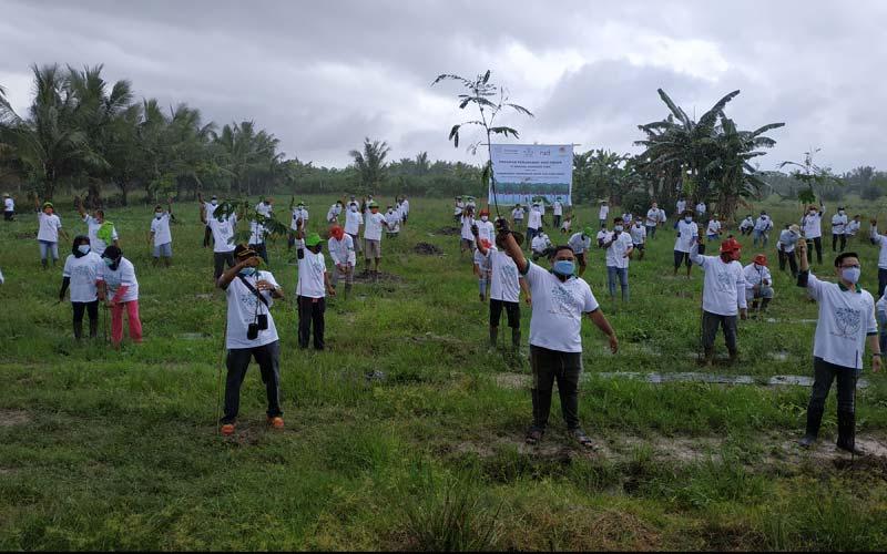 foto bersama: Dirut PT NIY, Rowi (tengah) foto bersama dengan perwakilan Kementerian LH Wilayah Sumut dan masyarakat setelah melakukan penanaman pohon.