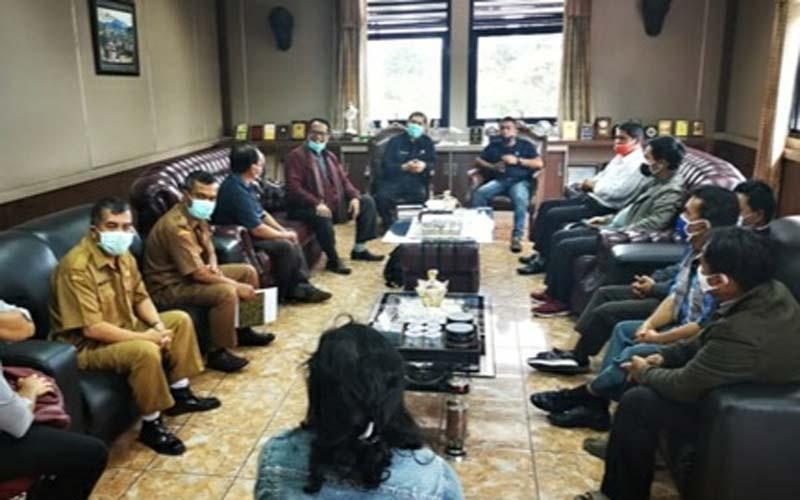 TEMUI: Sejumlah pendeta GBKP dan GPDI menemui Bupati Karo Terkelin Brahmana terkait izin IMB rumah dinas pendeta.SOLIDEO/sumut pos.