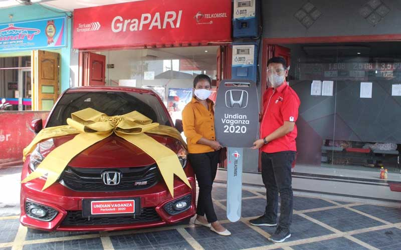 Manager Branch Telkomsel Padang Sidempuan, Charles NG Pane menyerahkan langsung hadiah Grand Prize 1 Unit Mobil Honda Brio kepada Ibu Vanny Nababan, pelanggan setia Telkomsel Asal Rantau Prapat di GraPARI Telkomsel Rantau Prapat pada Rabu (2/12).