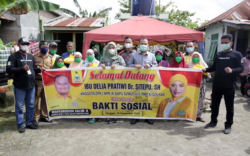 BERSAMA: Anggota DPR RI, Delia Pratiwi br Sitepu foto bersama masyarakat Asahan usai kegiatan baksos.