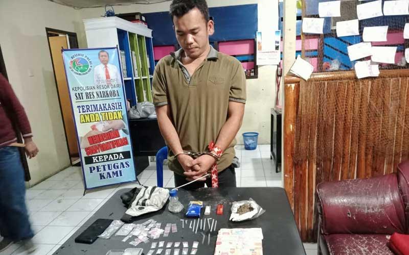 BANDAR: Roy Martin Tarigan (27), tersangka bandar narkoba saat diamankan bersama barangbukti di Mapolres Dairi, Rabu (2/12). RUDY SITANGGANG/SUMUT POS.