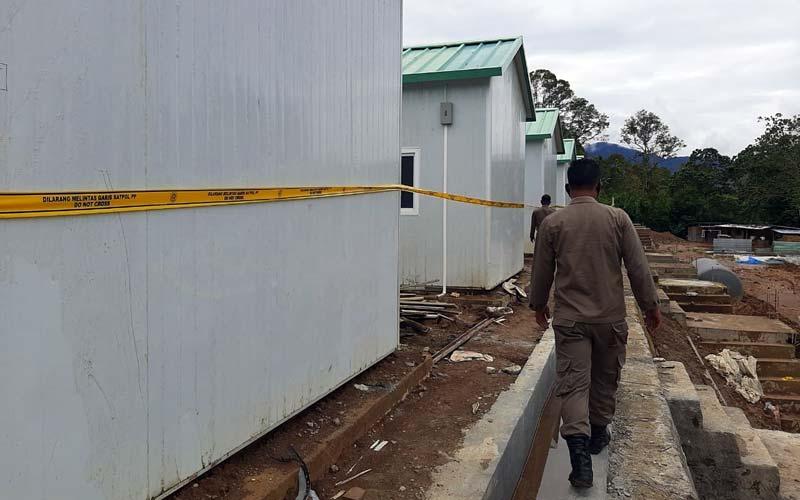 DISEGEL: Satpol PP Kabupaten Dairi menyegel bangunan mes milik PT DPM di Dusun Huta Ginjang, Desa Polling Anak-Anak, Kecamatan Silima Pungga-Pungga, Kabupaten Dairi, karena tidak memiliki IMB.