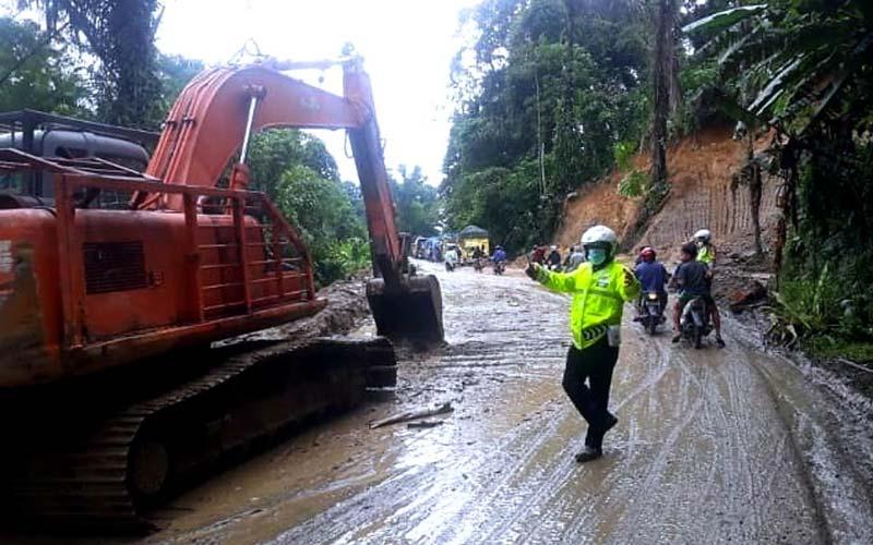 LONGSOR: Jalur Medan-Berastagi putus akibat tertutup longsor dan pohon tumbang di kawasan Lau Kaban, Sibolangit, Deliserdang, beberapa waktu lalu.istimewa/sumut pos.