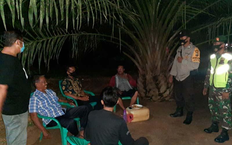 OPERASI: Jajaran Polsek Tebingtinggi dan TNI ketika melakukan Operasi Yustisi di kafe Desa Paya Bagas, Kecamatan Tebingtinggi.