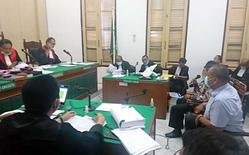 SAKSI: Mantan Kabiro Keuangan Pemprov Sumut, Baharuddin, dan mantan Sekdaprov Sumut, Nurdin Lubis, memberikan kesaksian dalam kasus suap mantan DPRD Sumut, Senin (21/12).Agusman/Sumut Pos.