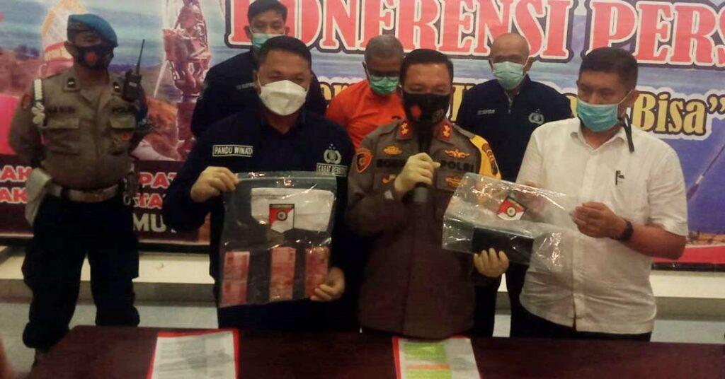 PRES RILIS: Kapores Sergai, AKBP Robin Simatupang memaparkan terkait OTT Kadis Sosial Sergai.