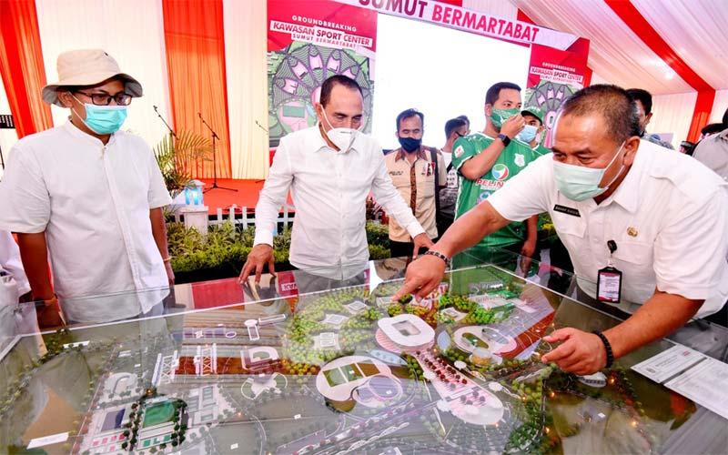 REPLIKA: Gubernur Sumatera Utara, Edy Rahmayadi saat melihat replika lokasi pembangunan Deli Sport Center, baru-baru ini.