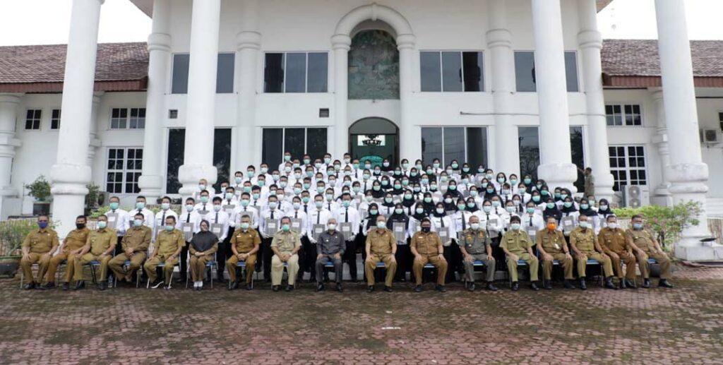 DIABADIKAN: Sebanyak 106 CPNS  diabadikan di depan kantor Bupati Asahan.