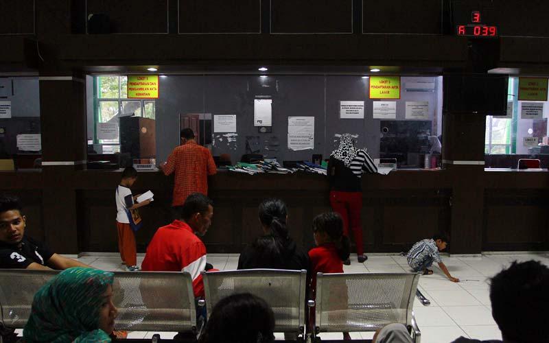 DOKUMEN:Masyarakat saat mengurus dokumen kependudukan di Dinas Kependudukan dan Catatan Sipil Kota Medan, beberapa waktu lalu.