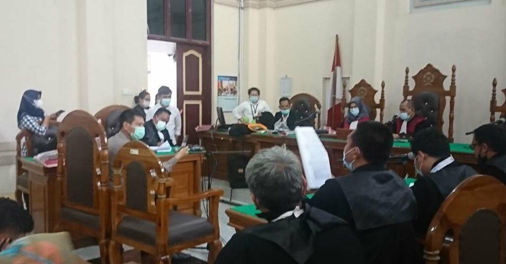 KESAKSIAN: Johanes Ginting, oknum polisi memberikan kesaksian dalam kasus pencemaran nama baik di PN Medan, Selasa (19/1).gusman/sumut pos.