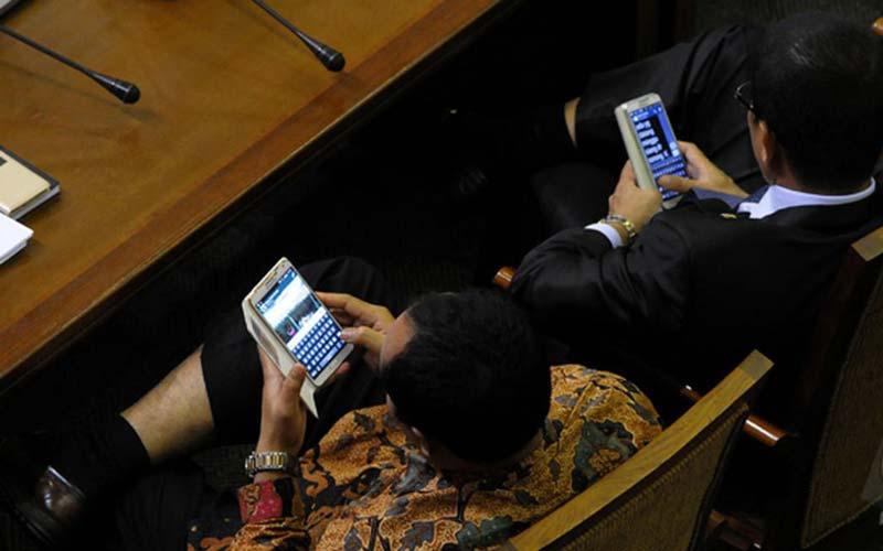 ILUSTRASI: Dua anggota legislatif menggunakan ponselnya sebagai sarana komunikasi. Sedangkan 100 anggota DPRD Sumut mendapat tunjangan komunikasi mencapai Rp108 miliar, di mana per anggota dapat Rp18 juta tiap bulan.