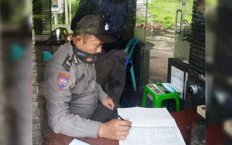 PEMERIKSAAN: Personel Polres Karo saat melakukan pemeriksaan standart Satpam yang dipekerjakan di perusahaan.SOLIDEOAKBARI/SUMUT POS.